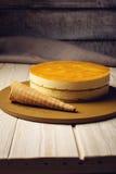 Очень вкусный мульти-наслоенный торт манго плодоовощ стоит на круговом основании Стоковая Фотография RF