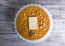 Очень вкусный нежный торт меда с белым украшением шоколада Стоковая Фотография RF