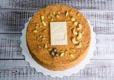 Очень вкусный нежный торт меда с белым украшением шоколада Стоковые Фотографии RF
