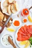Очень вкусный обед с посоленными семгами, красной икрой, свежим хлебом и стоковое изображение