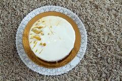 Очень вкусный домодельный именниный пирог мрамора шоколада украшенный с Стоковые Изображения RF