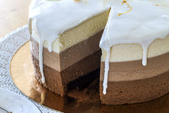 Очень вкусный домодельный именниный пирог мрамора шоколада украшенный с Стоковое Фото