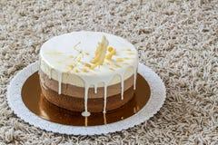 Очень вкусный домодельный именниный пирог мрамора шоколада украшенный с Стоковая Фотография
