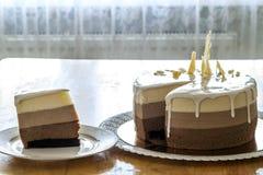 Очень вкусный домодельный именниный пирог мрамора шоколада украшенный с Стоковые Фотографии RF