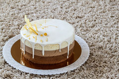 Очень вкусный домодельный именниный пирог мрамора шоколада украшенный с Стоковые Фото