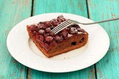 Очень вкусный домодельный пирог шоколада вишни с вилкой в белой плите Стоковое Изображение RF