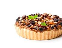 Очень вкусный пирог при высушенные ягоды и гайки изолированные на белизне Стоковое фото RF