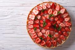 Очень вкусный пирог с взгляд сверху свежих клубник горизонтальным стоковое фото rf