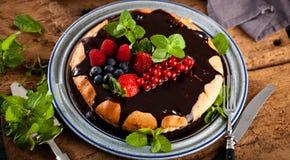 Очень вкусный пирог с свежими клубниками, полениками и смородинами стоковая фотография