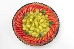 Очень вкусный пирог с свежими красными смородинами, ежевиками, полениками, клубниками и сливк на белой предпосылке Стоковые Фото