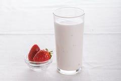 Очень вкусный плодоовощ, греческий югурт и parfaits granola на белой предпосылке Стоковая Фотография