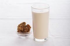 Очень вкусный плодоовощ, греческий югурт и parfaits granola на белой предпосылке Стоковое Изображение