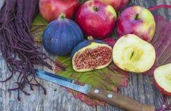 Очень вкусный плодоовощ смоквы отрезка и красные яблоки Стоковая Фотография RF