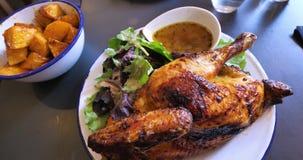 Очень вкусный подготовленный цыпленок в печи с традиционно испеченными картошками сток-видео