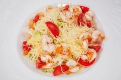 Очень вкусный салат креветки и томата с marinated изолированными сыром и тостом фета, стоковое изображение rf