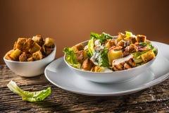 Очень вкусный салат цезарь с зажаренными гренками куриной грудки eggs стоковое изображение