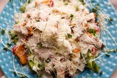 Очень вкусный салат цезаря на голубой плите стоковые изображения rf