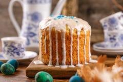 Очень вкусный самодельный торт пасхи в сахар-покрытом конце-вверх поливы праздничное обслуживание Яичка триперсток традиционно по Стоковое Изображение RF