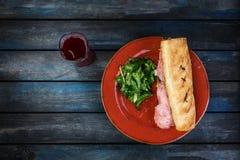 Очень вкусный сандвич с грибами ветчины и зеленым салатом на керамической плите Покрашенная деревянная предпосылка Взгляд сверху Стоковая Фотография