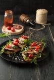 Очень вкусный сандвич с мясом с arugula и томатами Стоковые Изображения