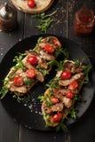 Очень вкусный сандвич с мясом с arugula и томатами Стоковое Изображение RF