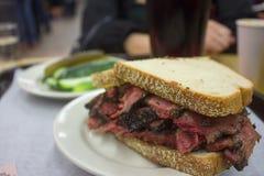 Очень вкусный сандвич пастромы с стороной солениь стоковое фото rf