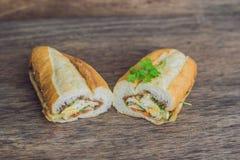 Очень вкусный сандвич Bahn Mi вьетнамца на деревянной предпосылке стоковые изображения