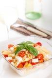 Очень вкусный салат макаронных изделий с свежими томатами mozarella и вишни, базиликом Стоковая Фотография RF