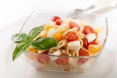Очень вкусный салат макаронных изделий с свежими томатами mozarella и вишни, базиликом Стоковая Фотография