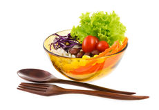 Очень вкусный салат на шаре с деревянными ложкой и вилкой изолировал o Стоковая Фотография