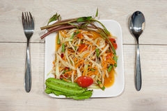 Очень вкусный салат папапайи на деревянном столе Стоковые Фото