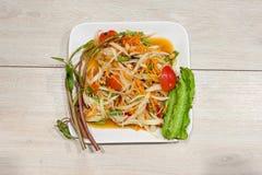 Очень вкусный салат папапайи на деревянном столе Стоковые Фотографии RF