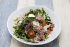 Очень вкусный салат свежего овоща с тунцом на белой плите фарфора Стоковые Фотографии RF
