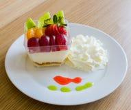 Очень вкусный салат свежих фруктов служил на таблице деревянной стоковая фотография rf