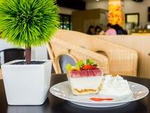 Очень вкусный салат свежих фруктов служил на таблице деревянной стоковые фотографии rf