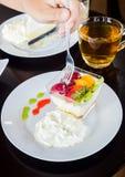 Очень вкусный салат свежих фруктов служил на таблице деревянной стоковые фото