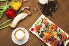 Очень вкусный салат с украшением на деревянном столе Стоковые Изображения