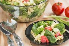 Очень вкусный салат шпината и макаронных изделий rotini Стоковое Изображение
