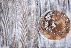 Очень вкусный свежий домодельный торт зимы с гайками и шоколадом сосны Стоковое Изображение