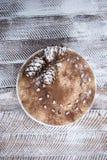 Очень вкусный свежий домодельный торт зимы с гайками и шоколадом сосны Стоковое фото RF
