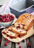 Очень вкусный свежий домодельный хлебец клюквы стоковые фото