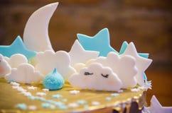 Очень вкусный сладостный золотой торт с белыми облаками и звездами на верхней части стоковое изображение rf