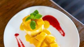 Очень вкусный сладостный торт мусса манго стоковые изображения rf