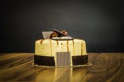 Очень вкусный сметанообразный весь белый шоколадный торт с каштанами на верхней части на темной предпосылке стоковые фото