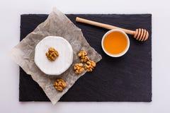 Очень вкусный сметанообразный сыр камамбера на белой предпосылке стоковое фото