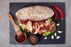 Очень вкусный сочный сандвич нервюры BBQ гиганта Стоковое фото RF