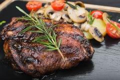 очень вкусный стейк говядины с розмариновым маслом Стоковые Изображения