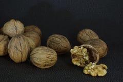 Очень вкусный стержень грецкого ореха на прерванной раковине Вокруг всех гаек Стоковая Фотография RF
