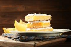Очень вкусный стог баров пирога лимона на деревянной предпосылке Стоковые Изображения