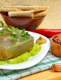 Очень вкусный студень рыб на белой плите с мустардом и зеленым салатом Стоковые Фотографии RF